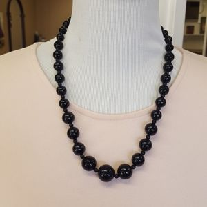 Vtg black graduated size bead necklace